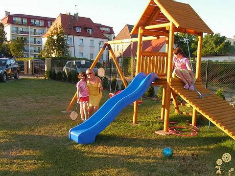 Ustronie Morskie Noclegi | Plac zabaw z domkiem