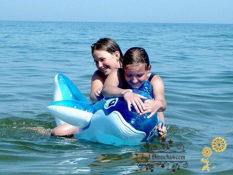Ustronie Morskie Noclegi | Pensjonat Pod Dmuchawcem - Zabawa w morzu